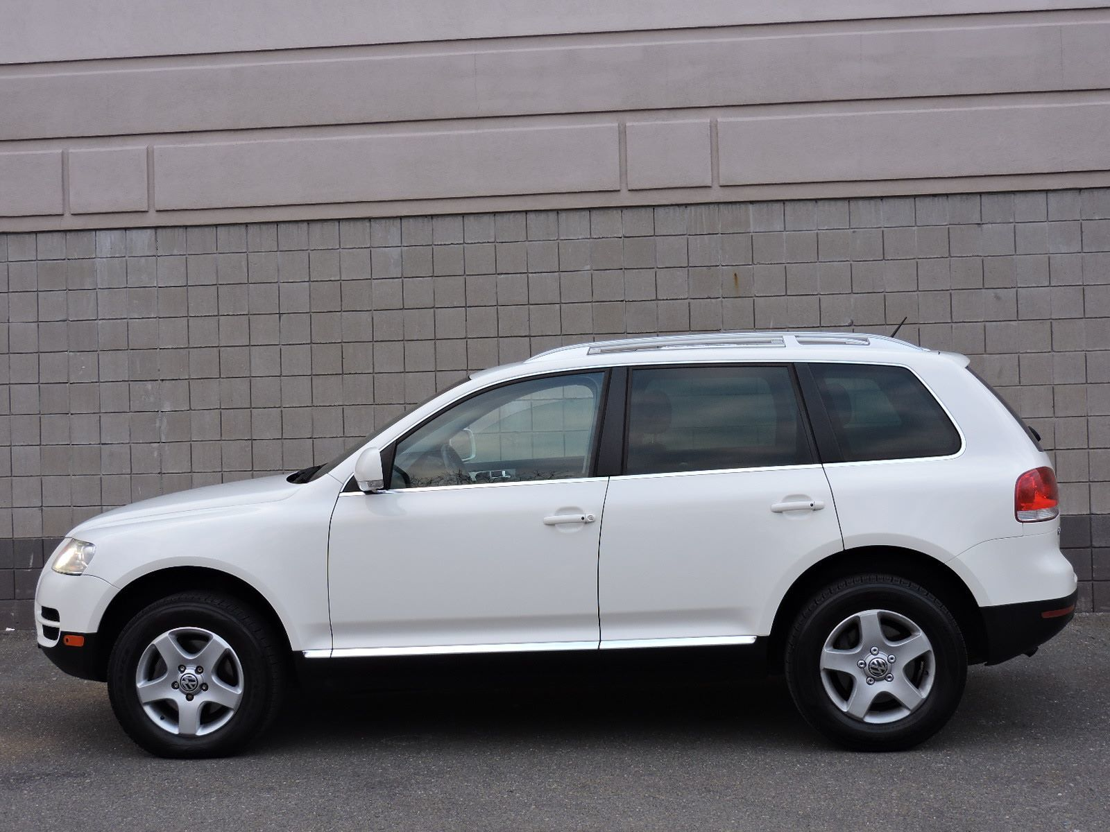 used 2007 volkswagen touareg v6 at saugus auto mall. Black Bedroom Furniture Sets. Home Design Ideas